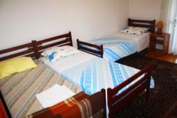 Спальня 2. Черногория, Герцег-Нови : Апартамент для 8 человек с тремя отдельными спальнями и балконом