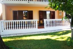 Фасад дома. Черногория, Герцег-Нови : Апартамент для 8 человек с тремя отдельными спальнями и балконом