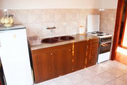 Кухня. Черногория, Герцег-Нови : Апартамент для 8 человек с тремя отдельными спальнями и балконом