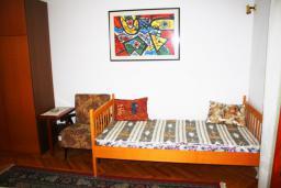 Спальня. Черногория, Герцег-Нови : Апартамент для 8 человек с тремя отдельными спальнями и балконом