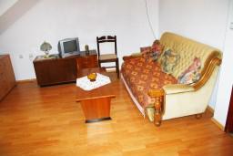 Гостиная. Черногория, Герцег-Нови : Апартамент для 5 человек с двумя отдельными спальнями и балконом
