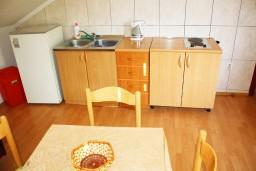 Кухня. Черногория, Герцег-Нови : Апартамент для 5 человек с двумя отдельными спальнями и балконом