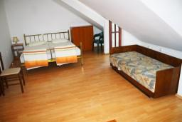 Спальня. Черногория, Герцег-Нови : Апартамент для 5 человек с двумя отдельными спальнями и балконом