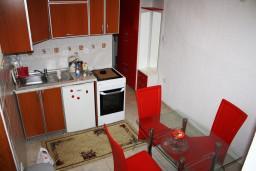 Кухня. Черногория, Игало : Апартамент на 5-7 человек с двумя спальнями, двумя ванными комнатами, отдельной кухней и огромной террасой