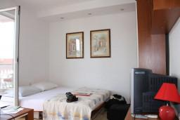 Спальня. Черногория, Игало : Апартамент на 5-7 человек с двумя спальнями, двумя ванными комнатами, отдельной кухней и огромной террасой
