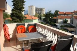 Балкон. Черногория, Игало : Апартамент на 5-7 человек с двумя спальнями, двумя ванными комнатами, отдельной кухней и огромной террасой