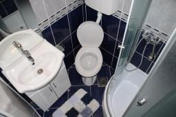 Ванная комната 2. Черногория, Игало : Апартамент на 5-7 человек с двумя спальнями, двумя ванными комнатами, отдельной кухней и огромной террасой