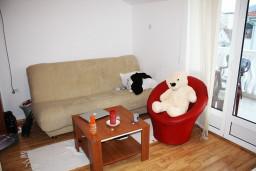 Гостиная. Черногория, Игало : Апартамент на 5-7 человек с двумя спальнями, двумя ванными комнатами, отдельной кухней и огромной террасой