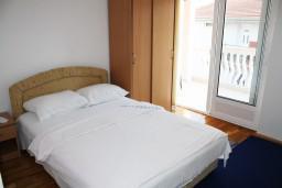 Спальня 2. Черногория, Игало : Апартамент на 5-7 человек с двумя спальнями, двумя ванными комнатами, отдельной кухней и огромной террасой