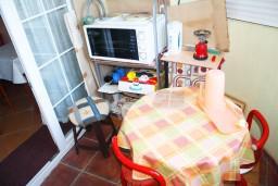 Кухня. Черногория, Игало : Апартамент с отдельной спальней и балконом