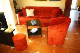 Гостиная. Черногория, Игало : Люкс апартамент с гостиной, кухней, отдельной спальней и балконом. Есть стиральная машина.