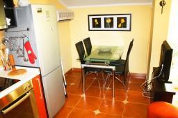 Обеденная зона. Черногория, Игало : Люкс апартамент с гостиной, кухней, отдельной спальней и балконом. Есть стиральная машина.