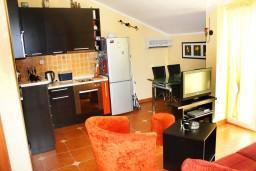 Кухня. Черногория, Игало : Люкс апартамент с гостиной, кухней, отдельной спальней и балконом. Есть стиральная машина.