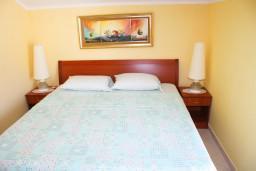 Спальня. Черногория, Игало : Люкс апартамент с гостиной, кухней, отдельной спальней и балконом. Есть стиральная машина.
