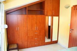 Гардеробная / шкаф. Черногория, Игало : Люкс апартамент с гостиной, кухней, отдельной спальней и балконом. Есть стиральная машина.