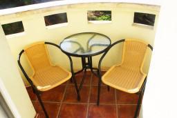 Балкон. Черногория, Игало : Люкс апартамент с гостиной, кухней, отдельной спальней и балконом. Есть стиральная машина.