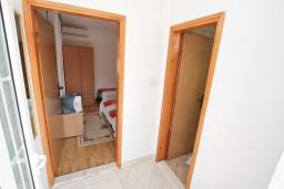 Коридор. Черногория, Игало : Уютная студия с террасой-кухней
