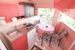 Балкон. Черногория, Игало : Уютная студия с террасой-кухней