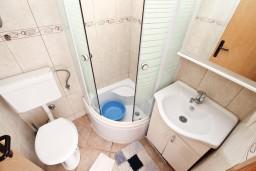 Ванная комната. Черногория, Игало : Уютная студия с террасой-кухней