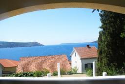 Вид на море. Черногория, Герцег-Нови : Люкс апартамент на 4-х человек с двумя отдельными спальнями и отделённой кухней.