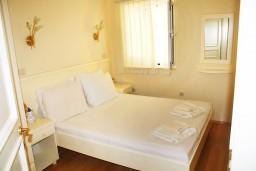 Спальня 2. Черногория, Герцег-Нови : Люкс апартамент на 4-х человек с двумя отдельными спальнями и отделённой кухней.