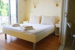 Спальня. Черногория, Герцег-Нови : Люкс апартамент на 4-х человек с двумя отдельными спальнями и отделённой кухней.