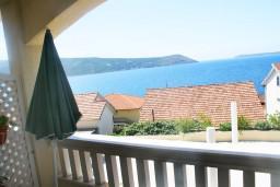 Вид. Черногория, Герцег-Нови : Люкс апартамент на 4-х человек с двумя отдельными спальнями и отделённой кухней.