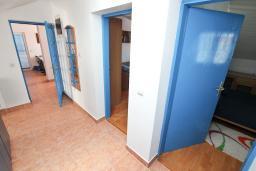 Коридор. Черногория, Герцег-Нови : Этаж дома для 6 человек, с тремя отдельными спальнями, с балконом, с шикарным видом на море и сад