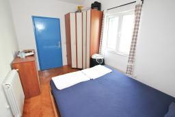 Спальня. Черногория, Герцег-Нови : Этаж дома для 6 человек, с тремя отдельными спальнями, с балконом, с шикарным видом на море и сад
