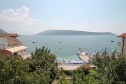 Вид на море. Черногория, Герцег-Нови : Этаж дома для 6 человек, с тремя отдельными спальнями, с балконом, с шикарным видом на море и сад