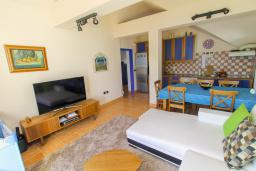 Гостиная. Черногория, Герцег-Нови : Этаж дома для 6 человек, с тремя отдельными спальнями, с балконом, с шикарным видом на море и сад