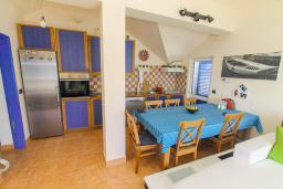 Кухня. Черногория, Герцег-Нови : Этаж дома для 6 человек, с тремя отдельными спальнями, с балконом, с шикарным видом на море и сад
