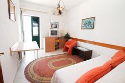 Гостиная. Черногория, Герцег-Нови : Апартамент с 1 спальней и балконом с шикарным видом на море, у самого пляжа
