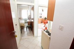 Кухня. Черногория, Герцег-Нови : Апартамент с 1 спальней и балконом с шикарным видом на море, у самого пляжа