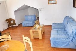Гостиная. Черногория, Герцег-Нови : Апартамент с отдельной спальней, с балконом и видом на море