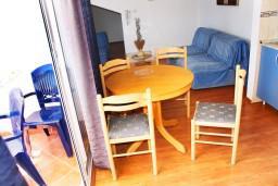 Обеденная зона. Черногория, Герцег-Нови : Апартамент с отдельной спальней, с балконом и видом на море