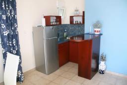 Кухня. Черногория, Игало : Апартаменты с 2-мя спальнями с видом на море в Игало