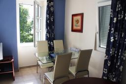 Гостиная. Черногория, Игало : Апартаменты с 2-мя спальнями с видом на море в Игало
