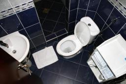 Ванная комната. Черногория, Игало : Апартаменты с 2-мя спальнями с видом на море в Игало