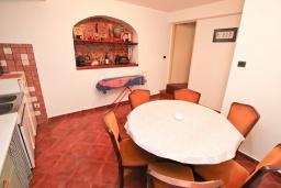 Кухня. Черногория, Герцег-Нови : Апартамент для 6 человек, с тремя спальнями, с балконом и видом на море, 10 метров до пляжа