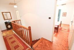 Коридор. Черногория, Герцег-Нови : Апартамент для 6 человек, с тремя спальнями, с балконом и видом на море, 10 метров до пляжа