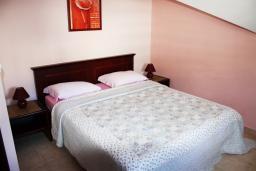 Спальня. Черногория, Игало : Апартаменты с 2-мя спальнями с видом на море в Игало