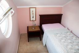 Спальня 2. Черногория, Игало : Апартаменты с 2-мя спальнями с видом на море в Игало