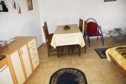 Обеденная зона. Черногория, Герцег-Нови : Апартамент в Топла с отдельной спальней и террасой