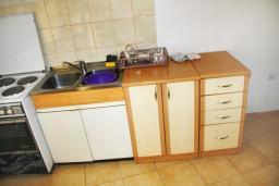 Кухня. Черногория, Герцег-Нови : Апартамент в Топла с отдельной спальней и террасой