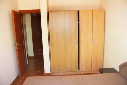 Гардеробная / шкаф. Черногория, Игало : Апартамент с отдельной спальней и балконом