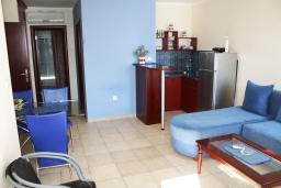 Гостиная. Черногория, Игало : Прекрасные апартаменты с видом на море рядом с кафе Наутилус