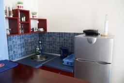 Кухня. Черногория, Игало : Прекрасные апартаменты с видом на море рядом с кафе Наутилус