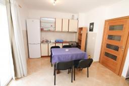 Обеденная зона. Черногория, Герцег-Нови : Апартамент с отдельной спальней, с террасой