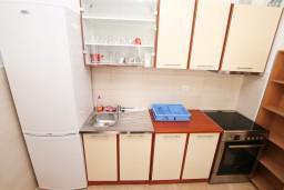 Кухня. Черногория, Герцег-Нови : Апартамент с отдельной спальней, с террасой